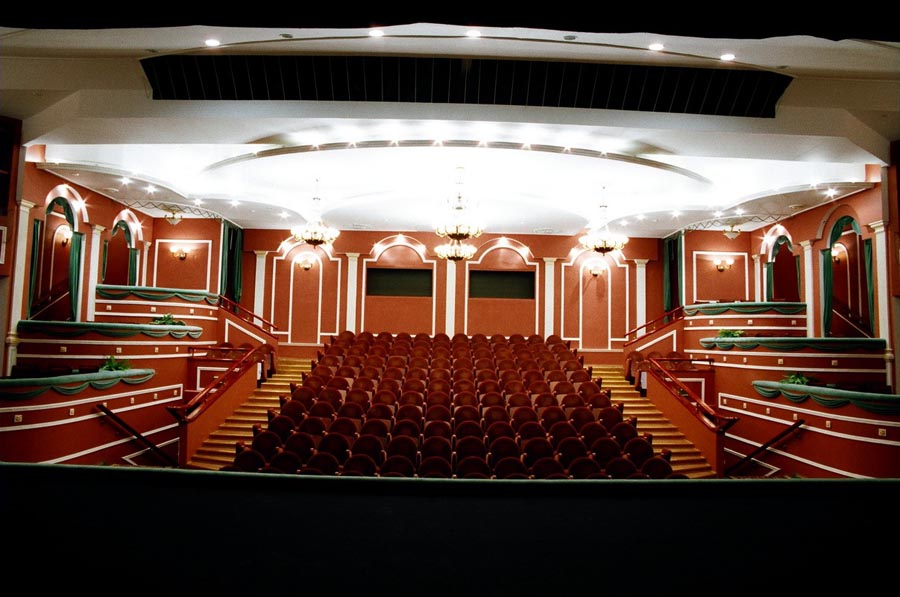 внутри драмтеатра