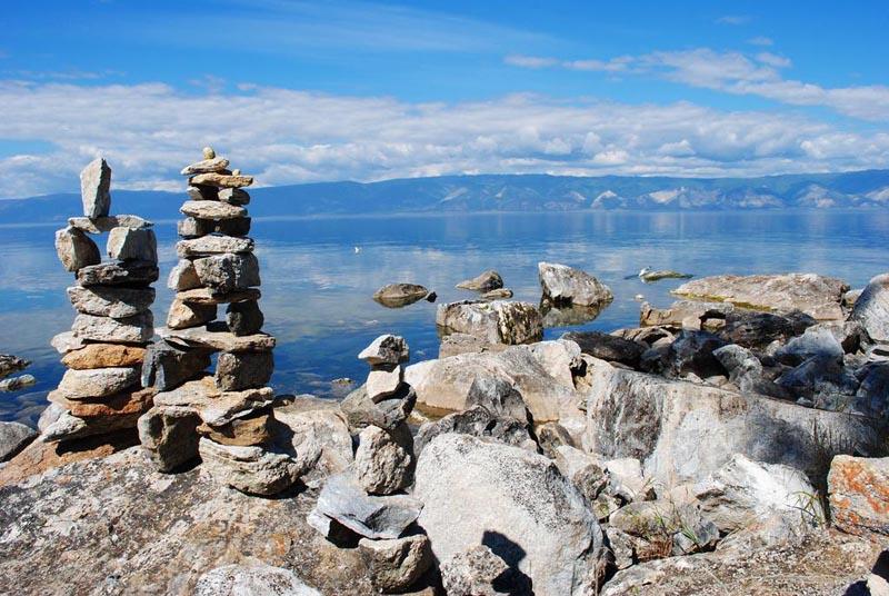 камни у озера