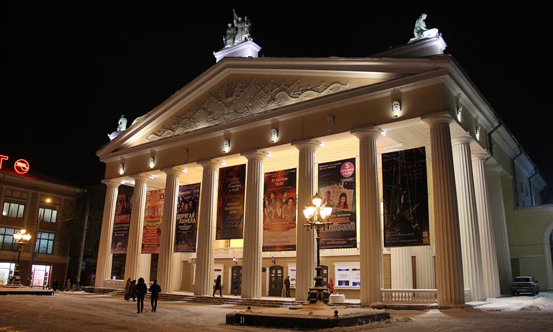 вечерний фасад театра