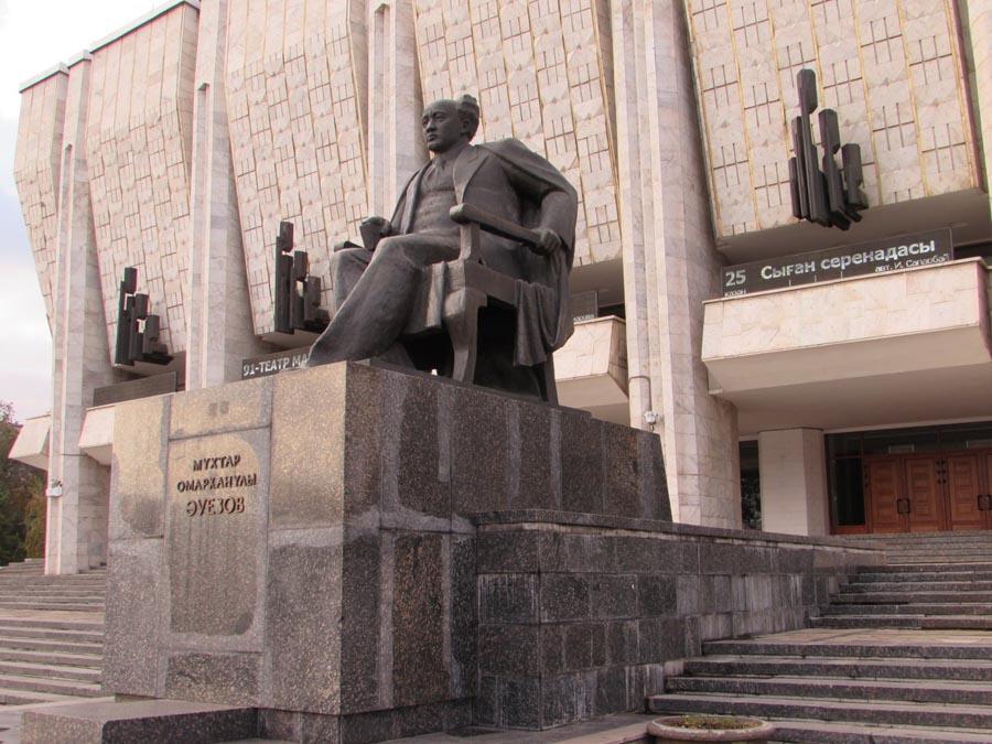 Памятник Мухтару Ауэзову