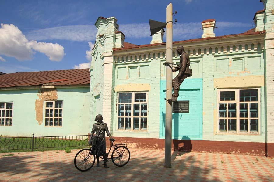 Скульптурная композиция связисту и почтальону