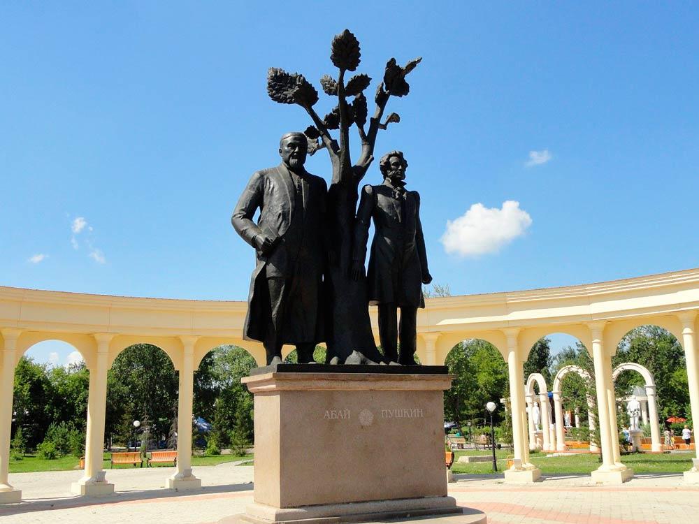 Памятник поэтам Абаю и Пушкину