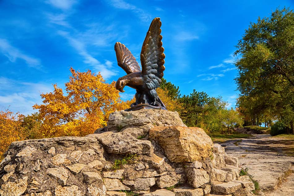 Бронзовая скульптура орла