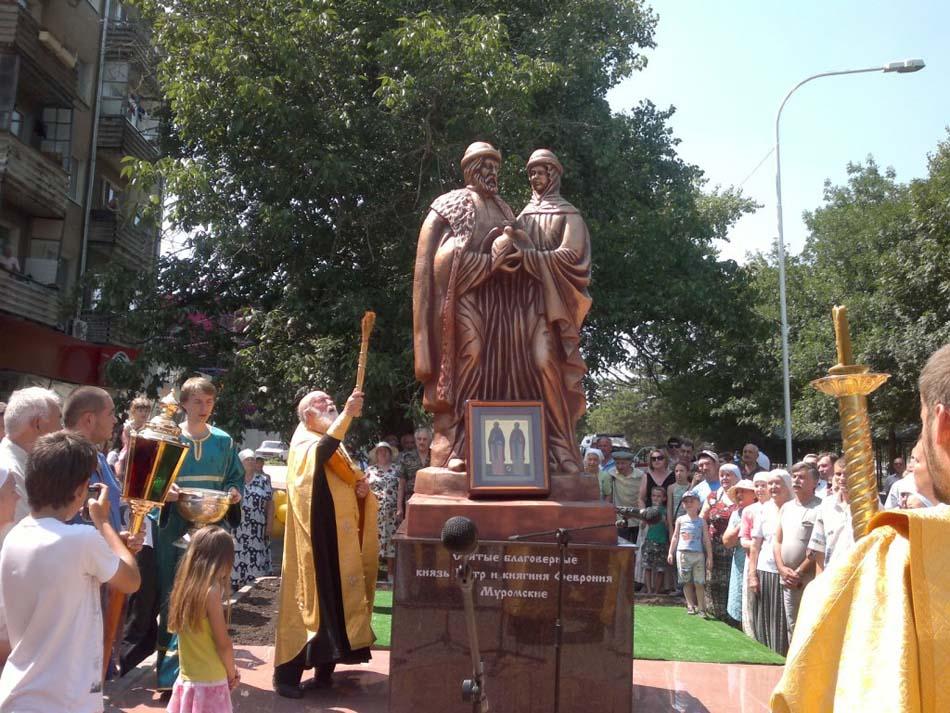 Памятник «Петру и Февронии»
