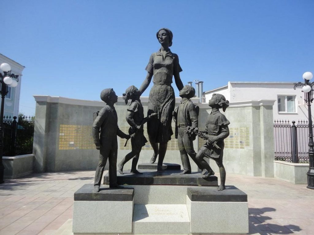 Скульптура «Первая учительница»